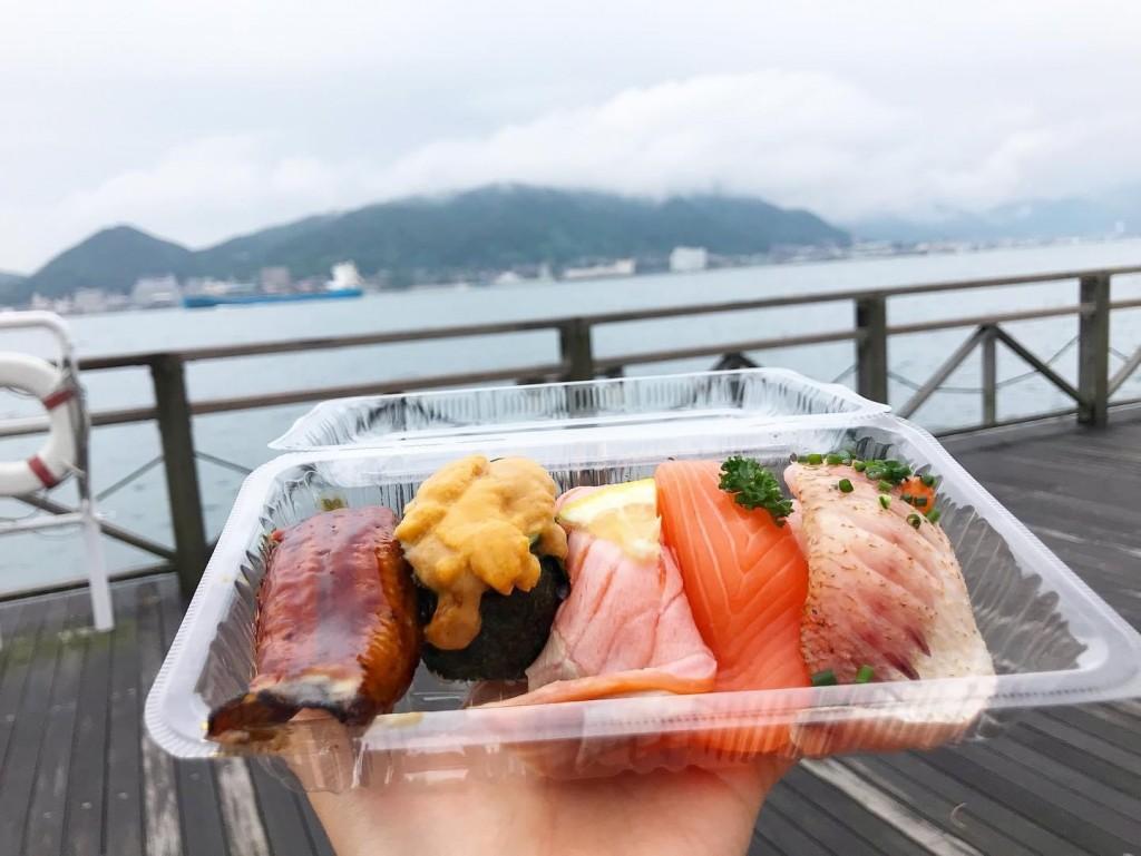 市場で新鮮なお寿司を食い倒れ!